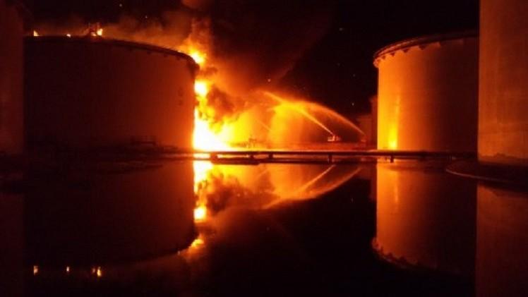 مصادر: هدنة في طرابلس لإخماد الحرائق في خزانات النفط
