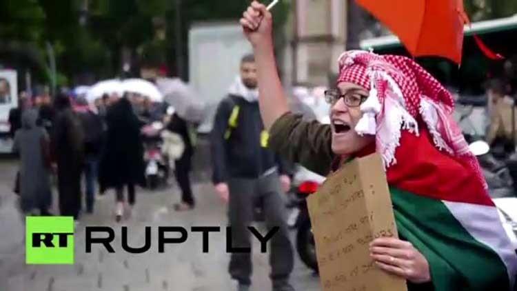 RT Arabic - فرنسا صهاينة يضايقون متظاهرين في باريس تجمعوا من أجل غزة (فيديو)