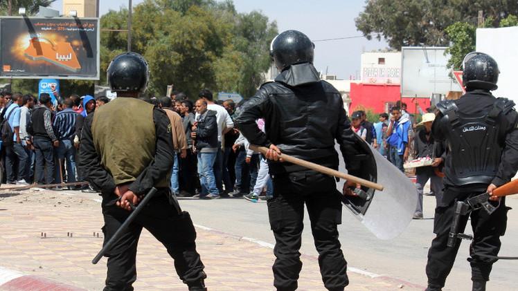 إصابة ضابط تونسي خلال منع لاجئين من اقتحام الحدود بالقوة
