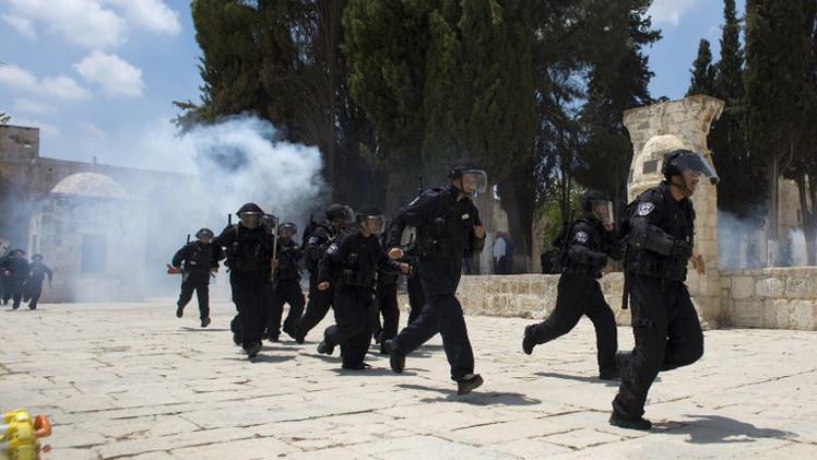 الشرطة الإسرائيلية تصيب عددا من المصلين في مسجد الأقصى