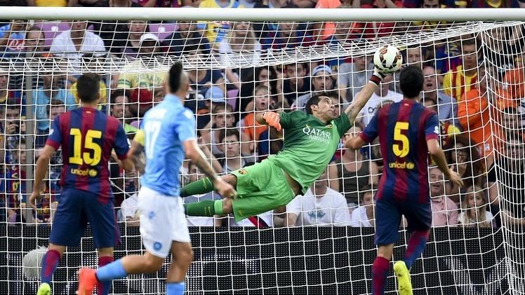 الحارس التشيلي برافو يتسبب بخسارة برشلونة أمام نابولي 0-1