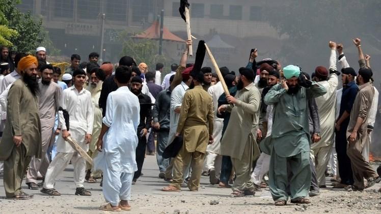 مقتل شخص في اشتباكات بين الشرطة ومحتجين في باكستان
