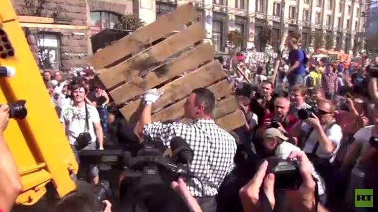 بطل العالم السابق بالملاكمة فيتالي كليتشكو ينظف ميدان الاستقلال في كييف