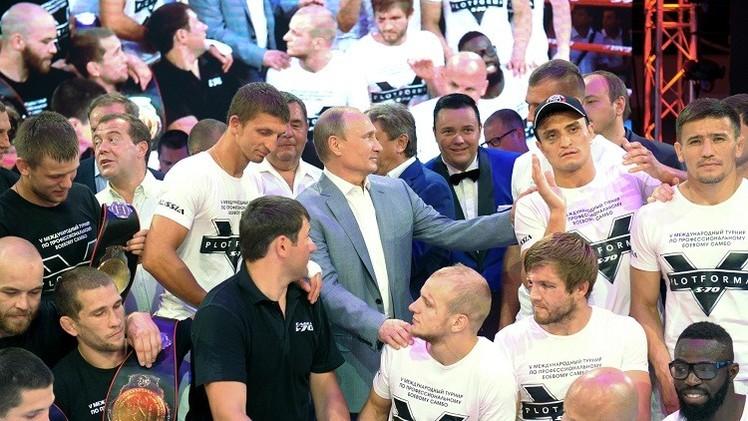 فيديو.. الرئيس بوتين يحضر البطولة الدولية للسامبا في سوتشي ويساعد أحد المصارعين