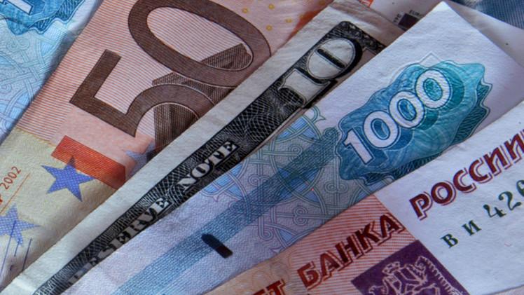 الروبل يتقدم على الدولار واليورو في تداولات اليوم بعد خسائره الأسبوع الماضي