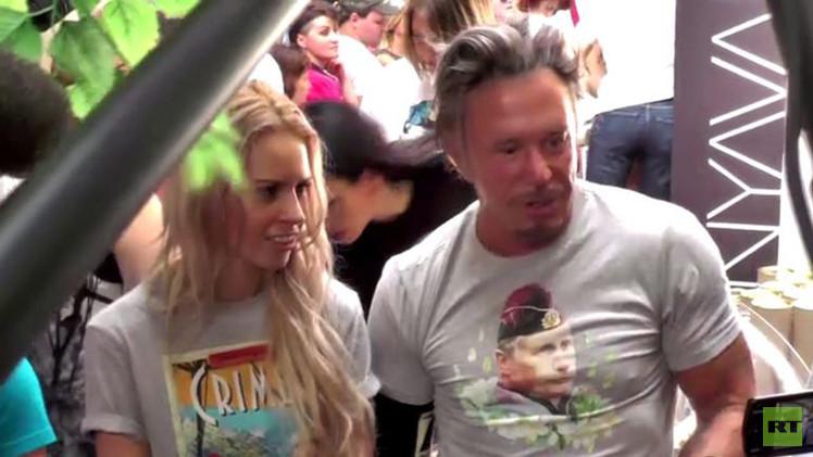 النجم الهوليودي ميكي رورك يرتدي قميصاً مطبوعاً عليه صورة الرئيس بوتين (فيديو)