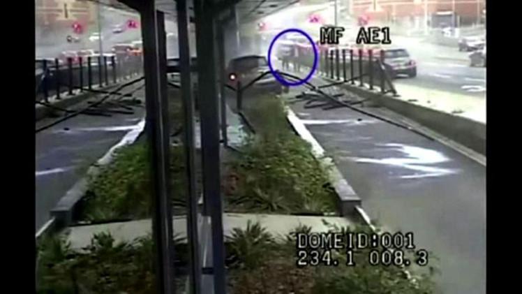 بالفيديو.. سيارة ميني كوبر تقتحم السور الأمامي لكلية بمانشستر