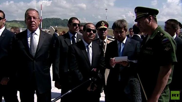 بالفيديو.. الرئيس المصري يتفقد معدات عسكرية روسية