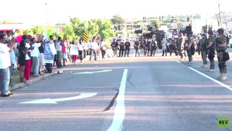بالفيديو من الولايات المتحدة.. الشرطة العسكرية تضيق الخناق على متظاهري فيرغوسون