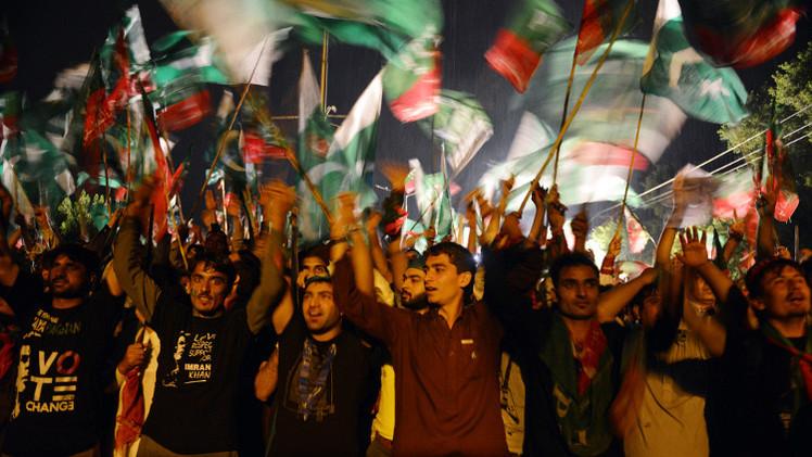 عشرات الآلاف من أنصار المعارضة يتظاهرون بالعاصمة الباكستانية