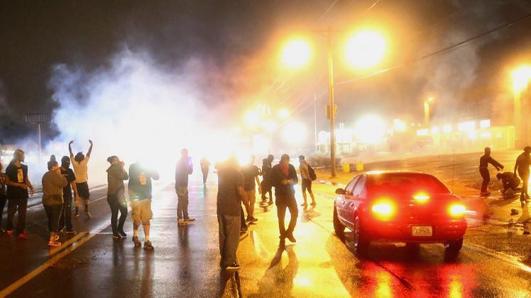 فيرغسون الأمريكية.. الشرطة تفرق محتجين انتهكوا حظر التجول (فيديو)