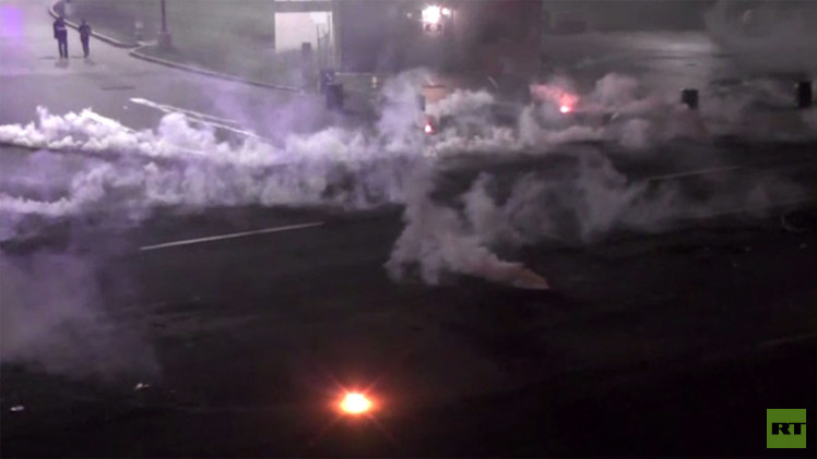 الشرطة الأمريكية تستخدم قنابل الدخان ضد متظاهري فيرغسون وأوباما يقطع إجازته (فيديو)