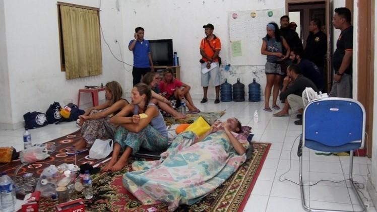 العثور على 13 شخصا كانوا في عداد المفقودين بعد غرق قارب سياح في إندونيسيا