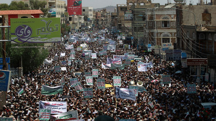عشرات الآلاف يتظاهرون في صنعاء مطالبين باستقالة الحكومة (فيديو)