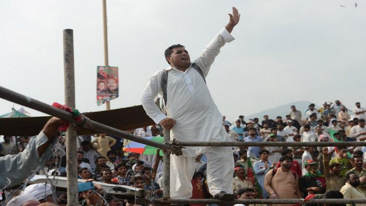 مفاوضات بين الحكومة الباكستانية وزعيمي المعارضة للخروج من الأزمة السياسية