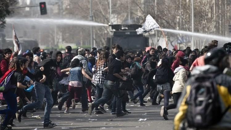 تشيلي.. اعتقال 17 شخصا إثر اضطرابات في مظاهرة طلابية