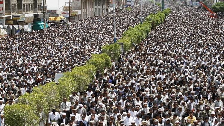 الحكومة اليمنية تعرض الاستقالة في غضون شهر لإنهاء احتجاجات الحوثيين