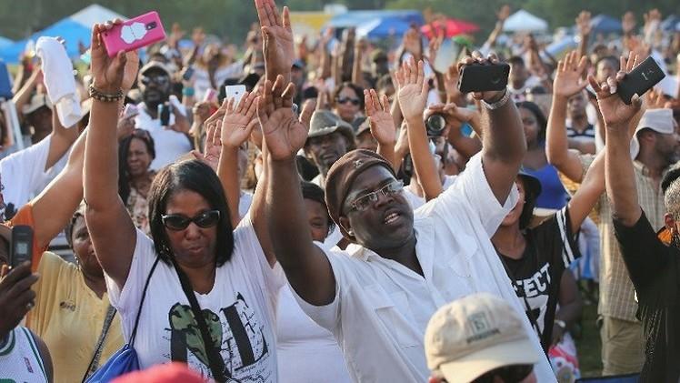 آلاف الأمريكيين يشاركون في جنازة شاب قتله شرطي