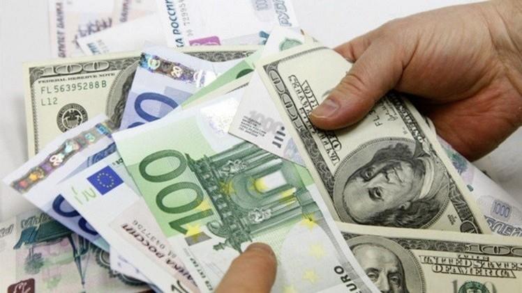 الدولار واليورو ينخفضان بعد تصريحات بوتين حول ضرورة تسوية الأزمة شرق أوكرانيا