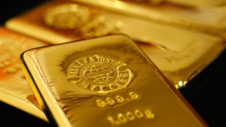الذهب يرتفع مقتربا من مستوى 1300 دولار للأونصة