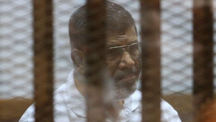 مرسي يواجه تهمة التخابر مع قطر.. والنيابة العامة تأمر بحبسه 15 يوما قيد التحقيق