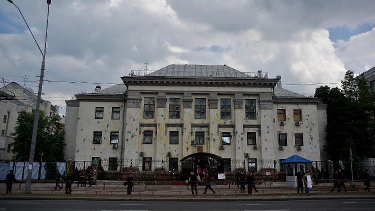 موسكو تطالب السلطات الأوكرانية بالإفراج عن عناصر حماية سفارتها في كييف