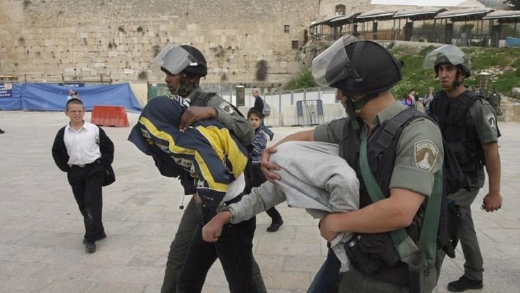القوات الإسرائيلية تعتدي بالضرب على قاصرين وتمنع النساء من دخول الأقصى