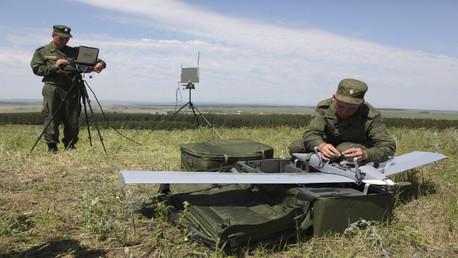 """جنود روس يجهزون طائرة """"زاستافا"""" للتحليق"""