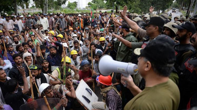 مواجهات جديدة في إسلام آباد.. ومحتجون يقتحمون مقر التلفزيون الباكستاني