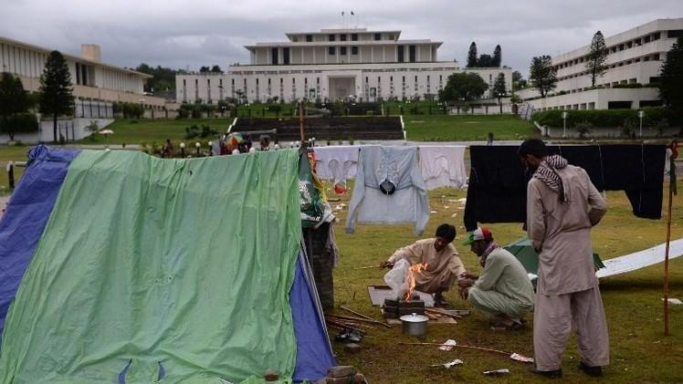 محادثات بين الحكومة الباكستانية والمعارضة لتسوية الأزمة بطرق سياسية