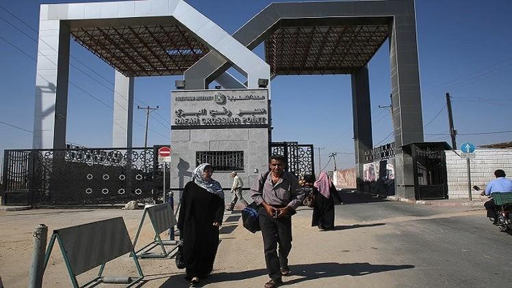 صحيفة عن مسؤول فلسطيني: لن تفتح المعابر دون عودة السلطة إلى غزة