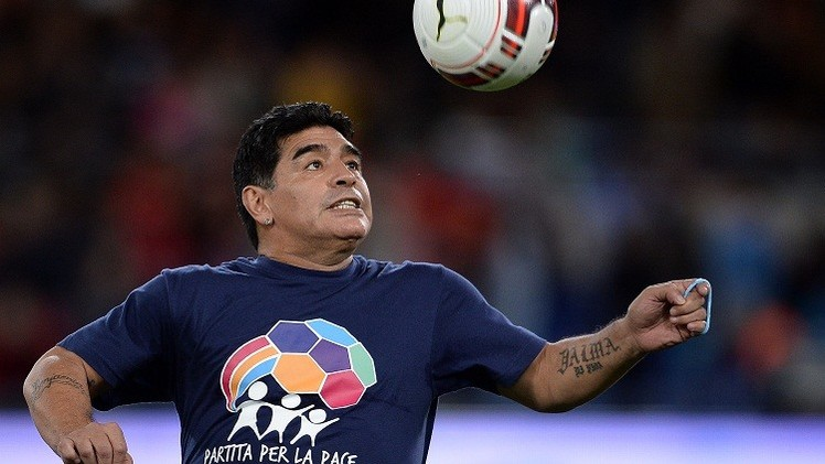 بالفيديو .. مارادونا يتشاجر أمام ملهى ليلي بكرواتيا