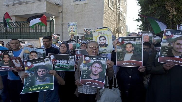 الأسرى الفلسطينييون يضربون احتجاجا على وفاة الجعبري