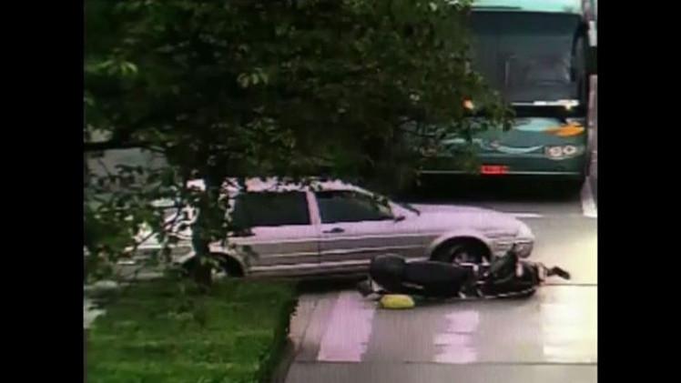 بالفيديو .. مارة ينتشلون سيدة من تحت عجلات سيارة في شنغهاي