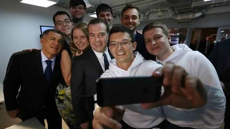 محطات بالصور من حياة رئيس الحكومة الروسية دميتري ميدفيديف في عيد ميلاده الـ49