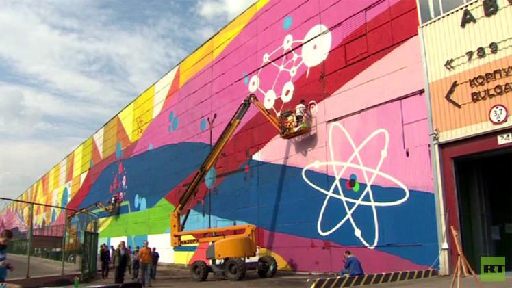 بالفيديو.. أكبر لوحة في العالم على جدار مصنع سيارات سابق في موسكو