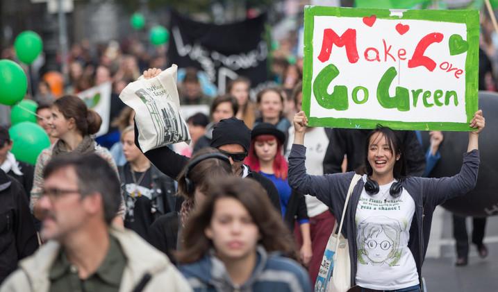 تظاهرات عالمية لحماية كوكب الأرض 54201ec5611e9b93718b