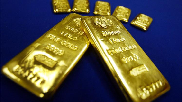 الذهب قرب أدنى مستوى في ثمانية أشهر ونصف الشهر