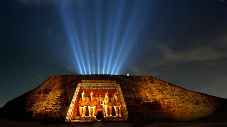 مجسم معبد أبو سمبل لأول زائر له في يوم السياحة العالمي