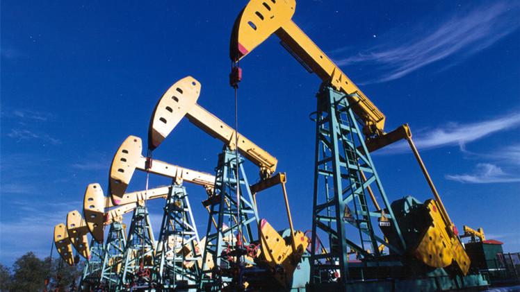 النفط يهبط صوب 96 دولارا مع وفرة المعروض وضعف الطلب
