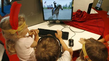 أطفال أمام الكمبيوتر