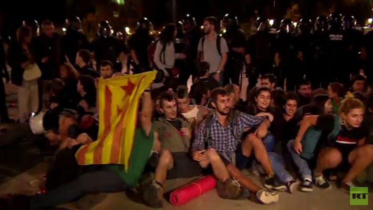 بالفيديو من اسبانيا.. مصادمات بين الشرطة والمتظاهرين في ميدان كاتالونيا بمدينة برشلونة