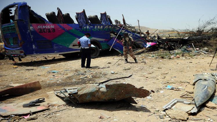 مقتل 5 أشخاص بينهم رضيع بتفجير حافلة في باكستان