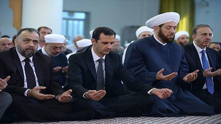الأسد يؤدي صلاة العيد في مسجد دمشقي (فيديو)