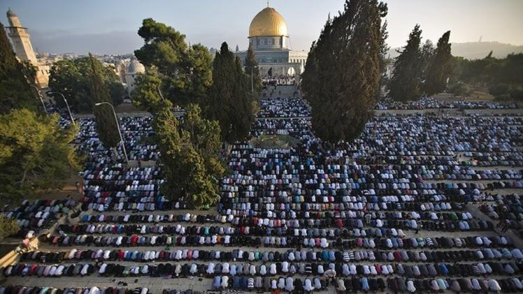 مئات الغزيين يتوجهون إلى القدس لأداء الصلاة في