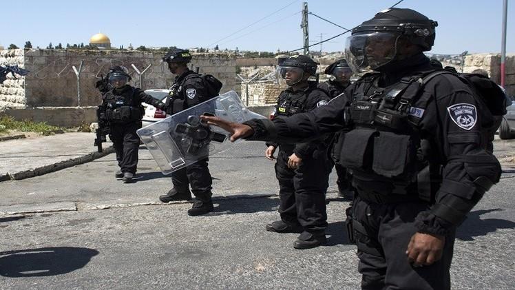 اشتباكات عنيفة في باحات الأقصى بين الشرطة الإسرائيلية وشبان فلسطينيين (فيديو)