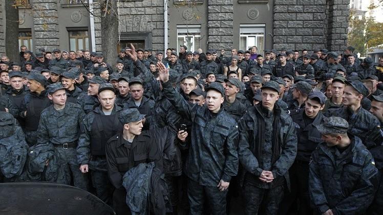 جنود أوكرانيون يحتجون على تمديد خدمتهم