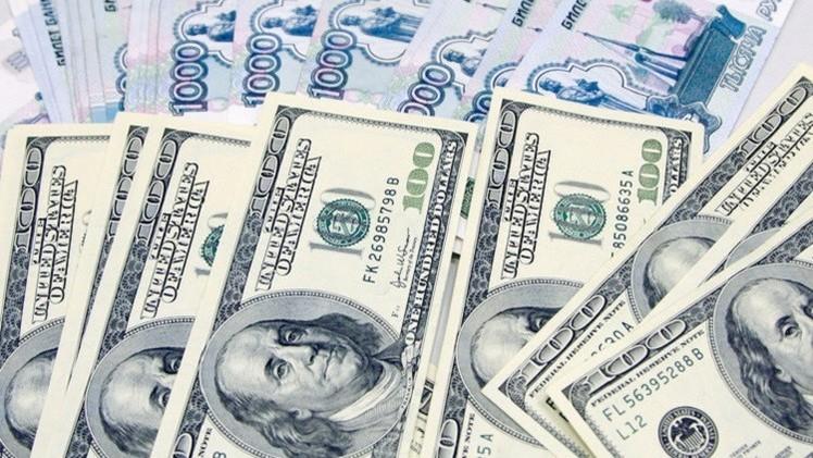 الروبل يستمر في التراجع أمام الدولار واليورو