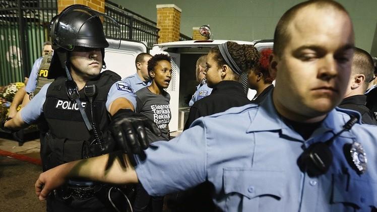 الشرطة الأمريكية تحتجز نحو 50 من المحتجين في فيرغسون (فيديو)
