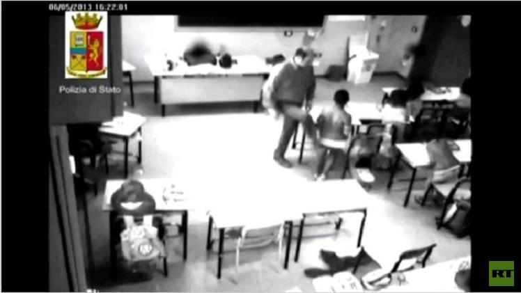 بالفيديو من ايطاليا.. مدرس عنيف يعتدي على التلاميذ بالضرب داخل الفصل الدراسي